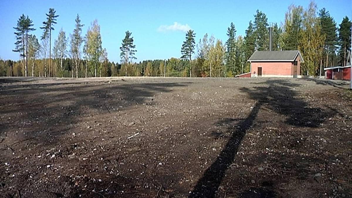 Tyhjä Kuukanniemen koulun tontti.
