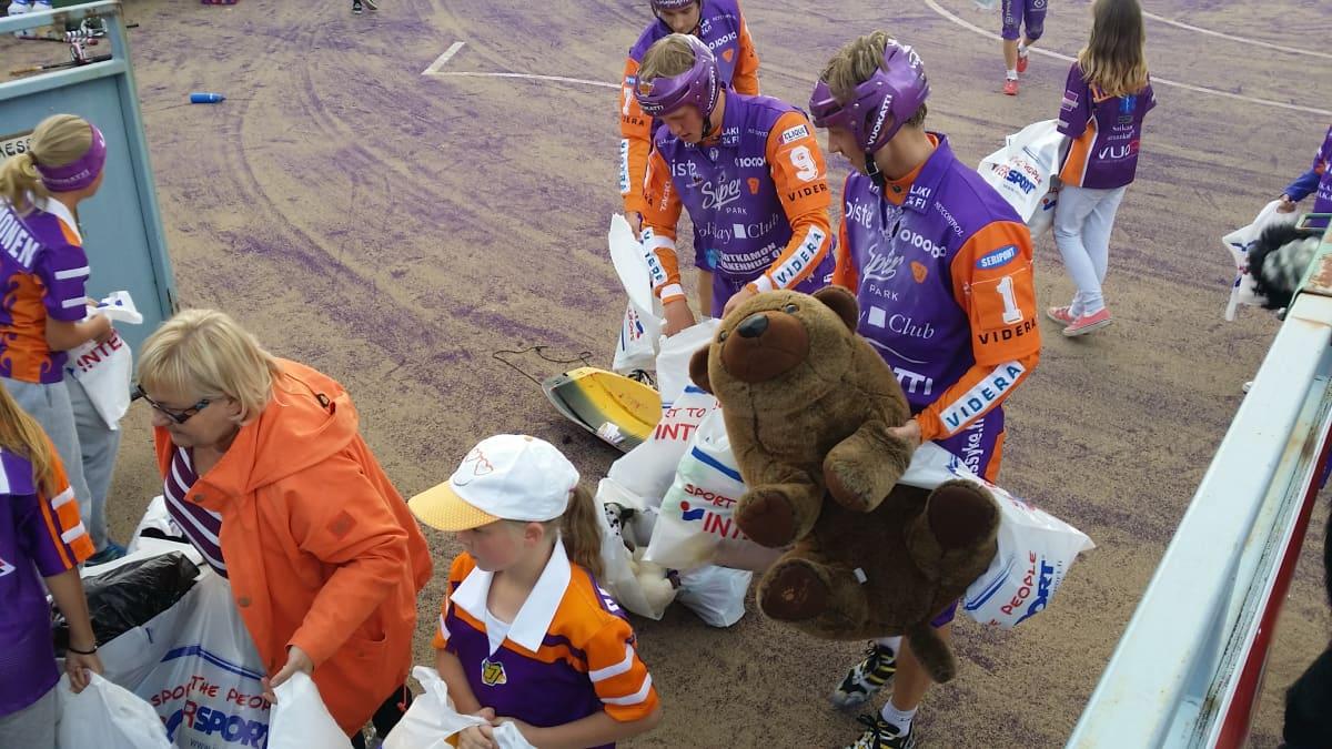 Sotkamon Jymyn pelaajat keräsivät elokuussa pehmoleluja.