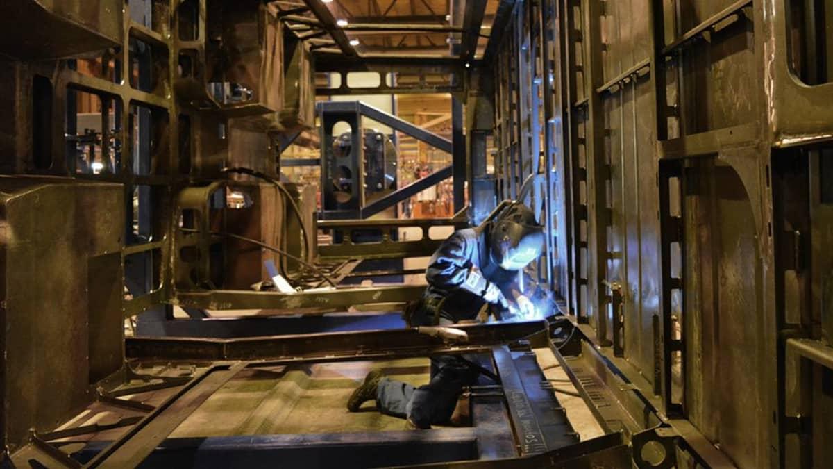 Transtechin työtekijä hitsaa ratikkavaunua