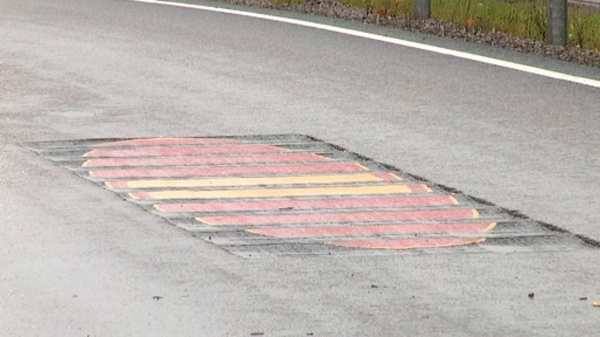 Kolmiulotteinen kielletty ajosuunta-merkki näkyy vain väärään suuntaan ajaville.