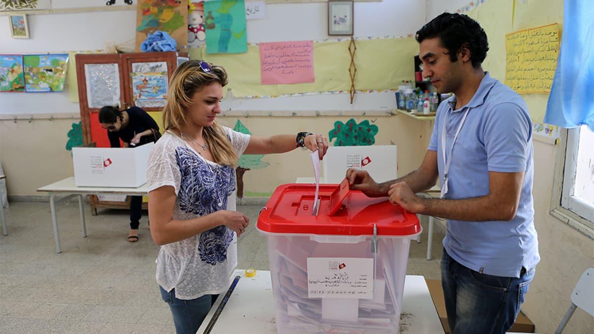 Nainen äänestämässä.
