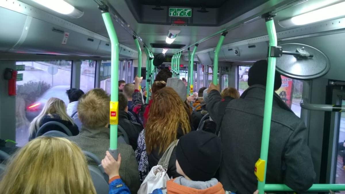 Bussit täyttyivät matkustajista laitevian pysäytettyä Etelä-Suomen raideliikenteen 28.10.2014.