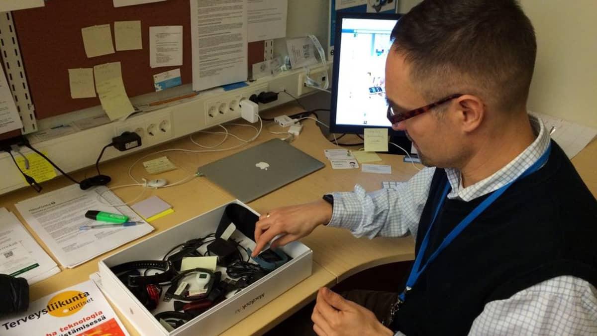 TTY:n tutkija Harri Honko katselee unimittareita työpöytänsä ääressä
