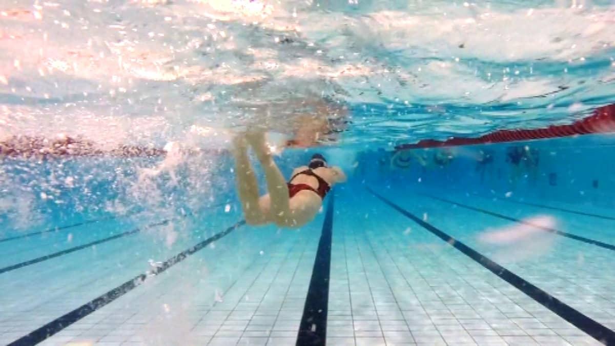 Uimari potkii veden alla