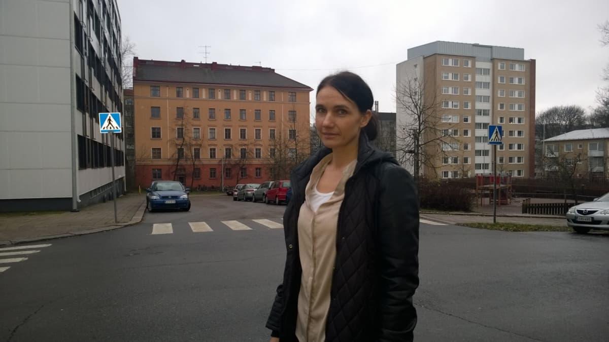 Nainen kadulla (Annakaisa Suominen).