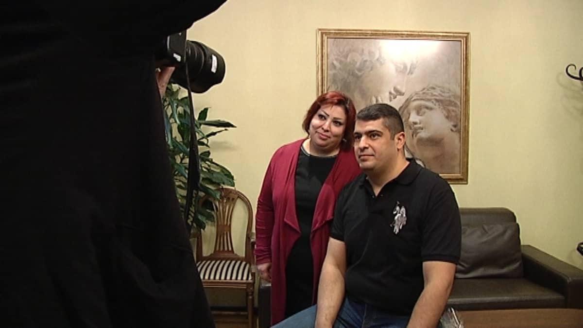 Mustafa Jasim Hanoon ja vaimonsa Israa Hasan Seed poseeraavat valokuvaajalle.