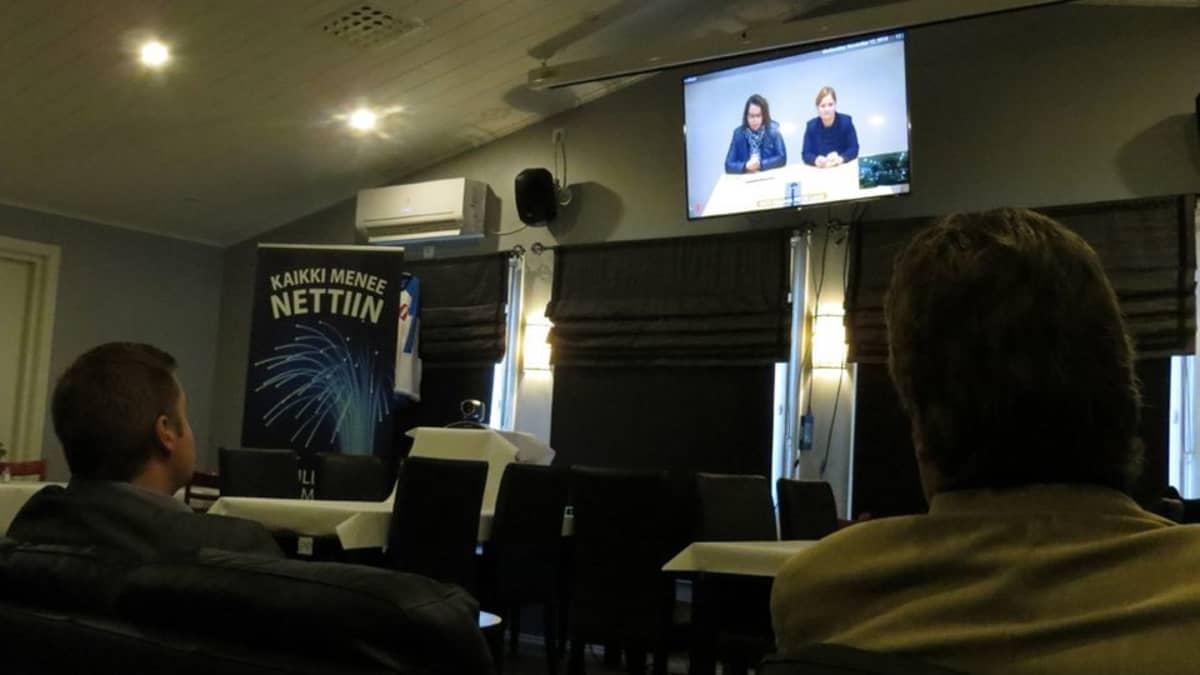 Kaakamolaiset juhlimassa kyläverkon valmistumista, videoneuvotteluyhteyden päässä viestintäministeri Krista Kiuru ja kansanedustaja Johannan Ojala-Niemelä.