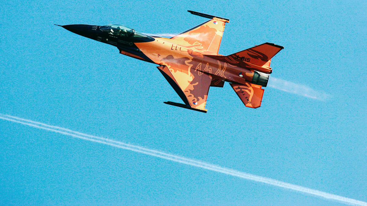 Hollantilainen F-16-hävittäjä.