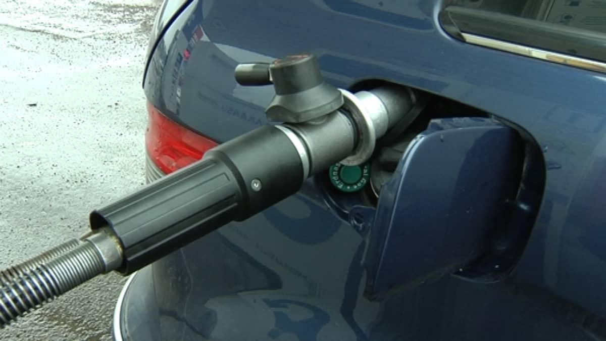 Kuvassa tankataan biokaasuautoa.