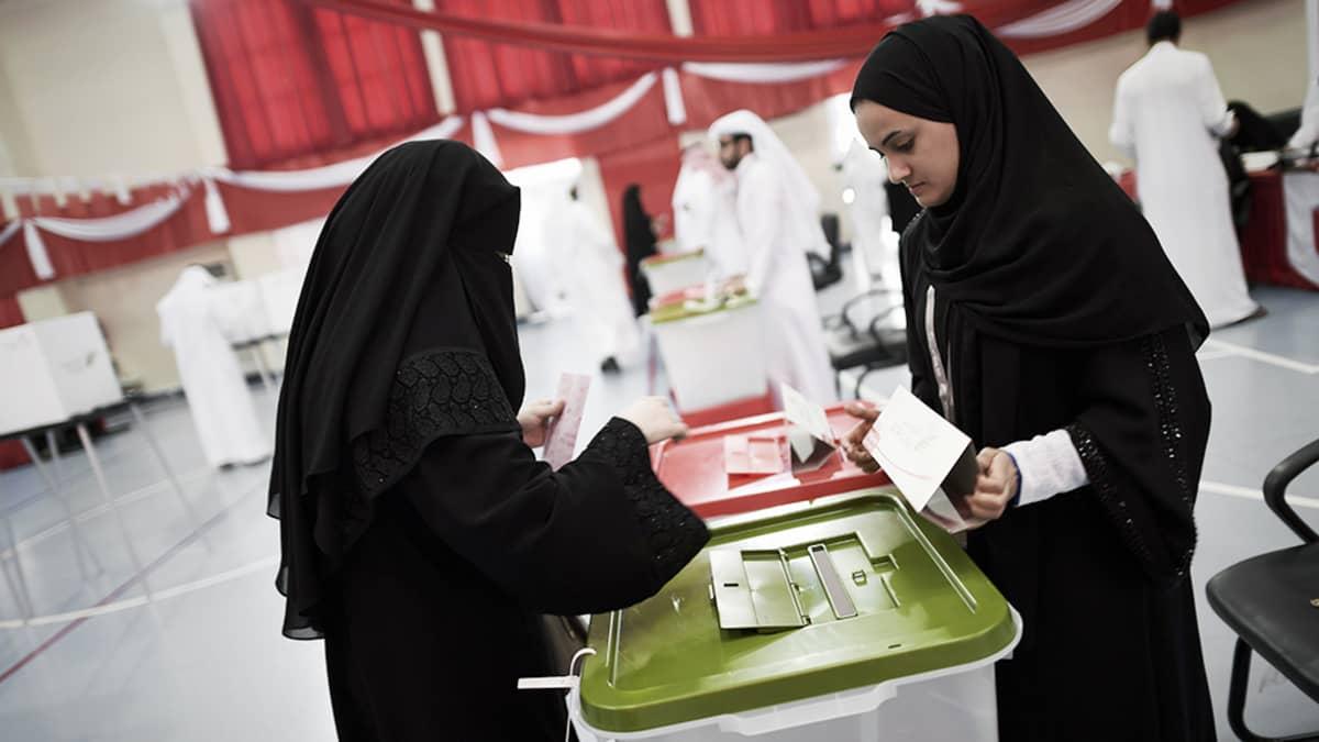 Bahrainilanen nainen äänestää Rifaassa.