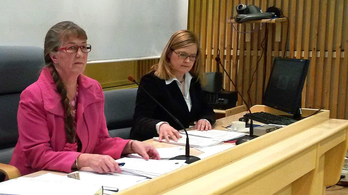 Kittilän kunnanvaltuuston puheenjohtaja Inkeri Yritys (vas.) ja erotettu kunnanjohtaja Anna Mäkelä