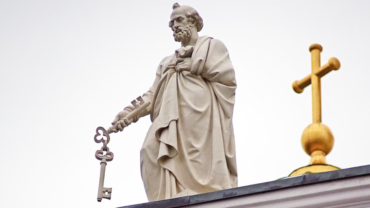 Apostoli Pietarin patsas Helsingin Tuomiokirkon katolla.