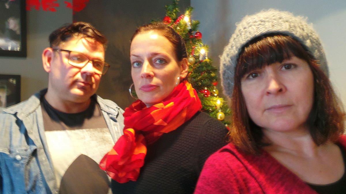 Rakastajien kolmikko Kai Tanner, Miia Lindström ja Angeliga Meusel ovat pitästä aikaa samaassa näytelmässä kevätkauden toisesessa ensi-illassa, jossa on myös kansainvälistä yhteistyötä brightonilaisen White Room -teatterin kanssa.