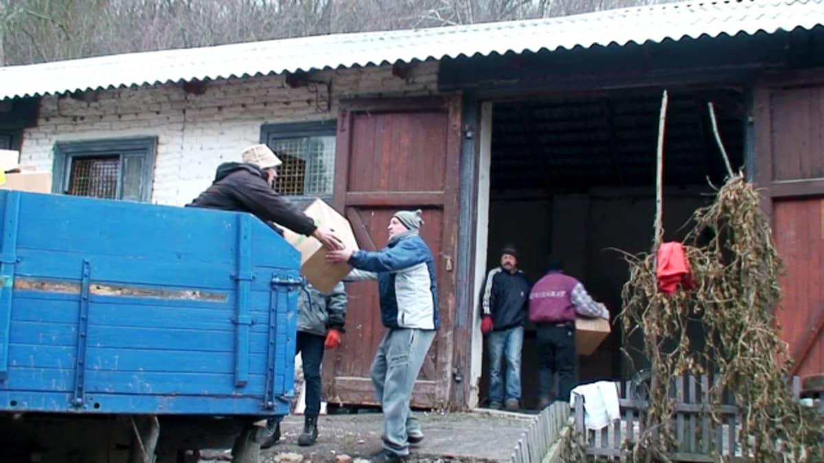 avustuskuorman purkua Ukrainassa Vynnykyn leirillä