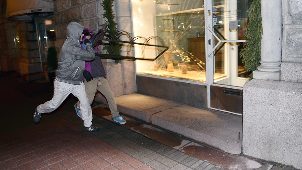 Luokkaretki lähiöstä linnaan -mielenosoittajat rikkovat ikkunan Helsingissä itsenäisyyspäivänä.