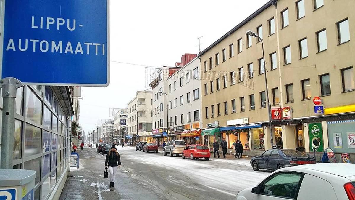 Lippuautomaatti Kajaanin Kauppakadulla.