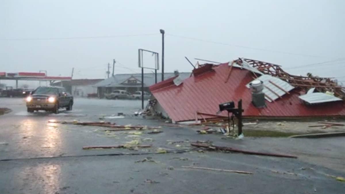 Myrskytuhoama rakennus.