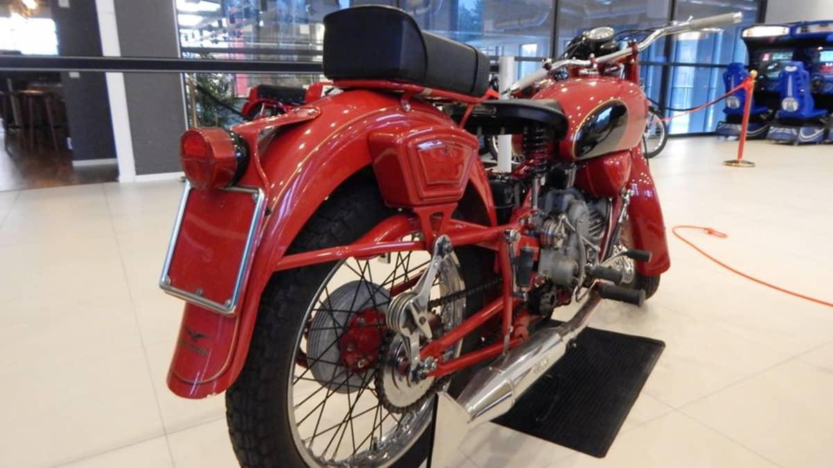 Pyhtäällä on näytillä muun muassa Moto Guzzin moottoripyöriä 1950-luvulta