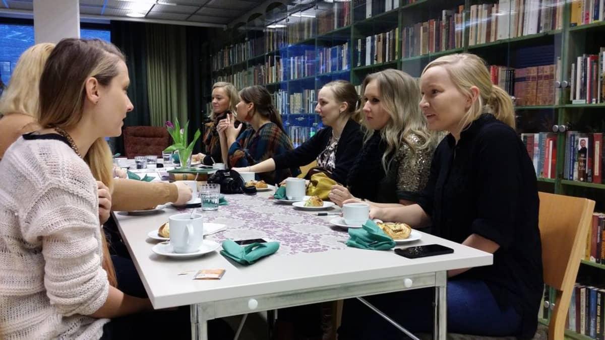 Matkabloggaajia kahvipöydässä Juicen kirjastossa