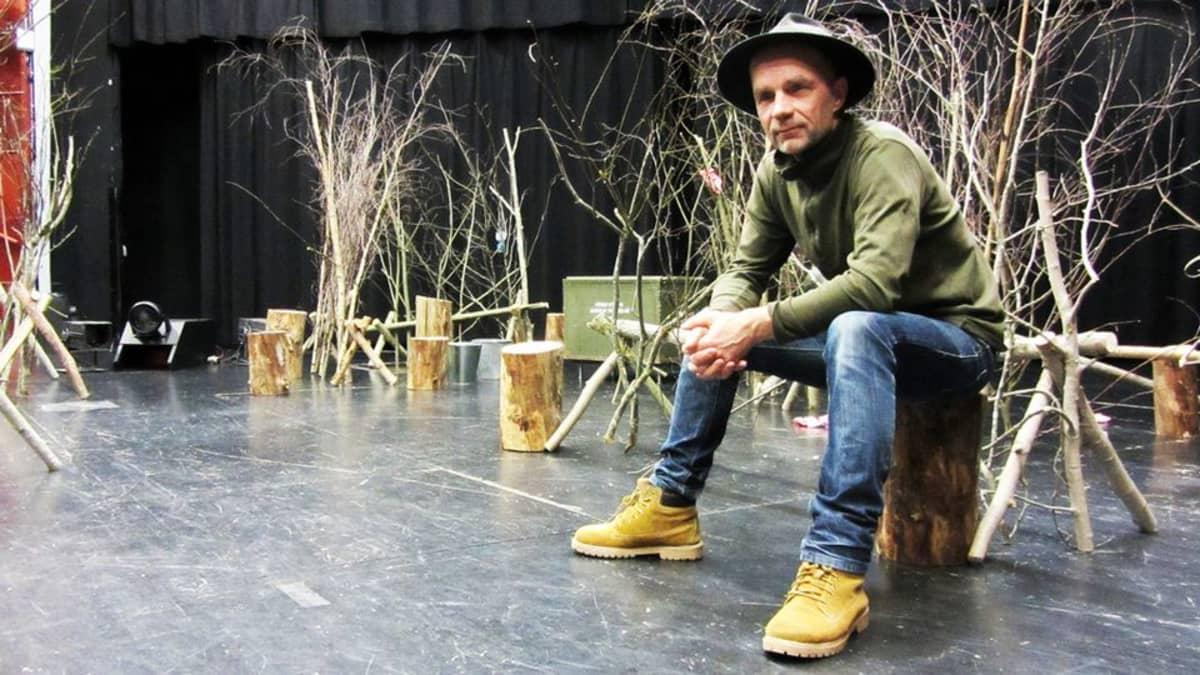 Juha Salminen kirjoitti ja ohjasi Omat pojat - mie haluun kotiin -nimisennäytelmän Kuusankosken teatteriin