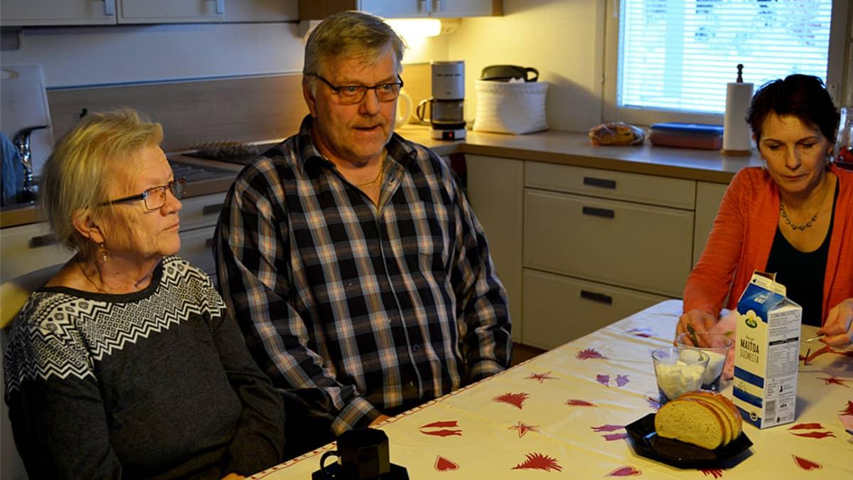 Perhehoidossa oleva Sinikka Bergman istuu Mauri ja Taina Materon kahvipöydässä.