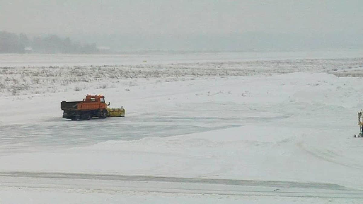 Aura-auto puhdistaa Seinäjoen lentoaseman kenttää.