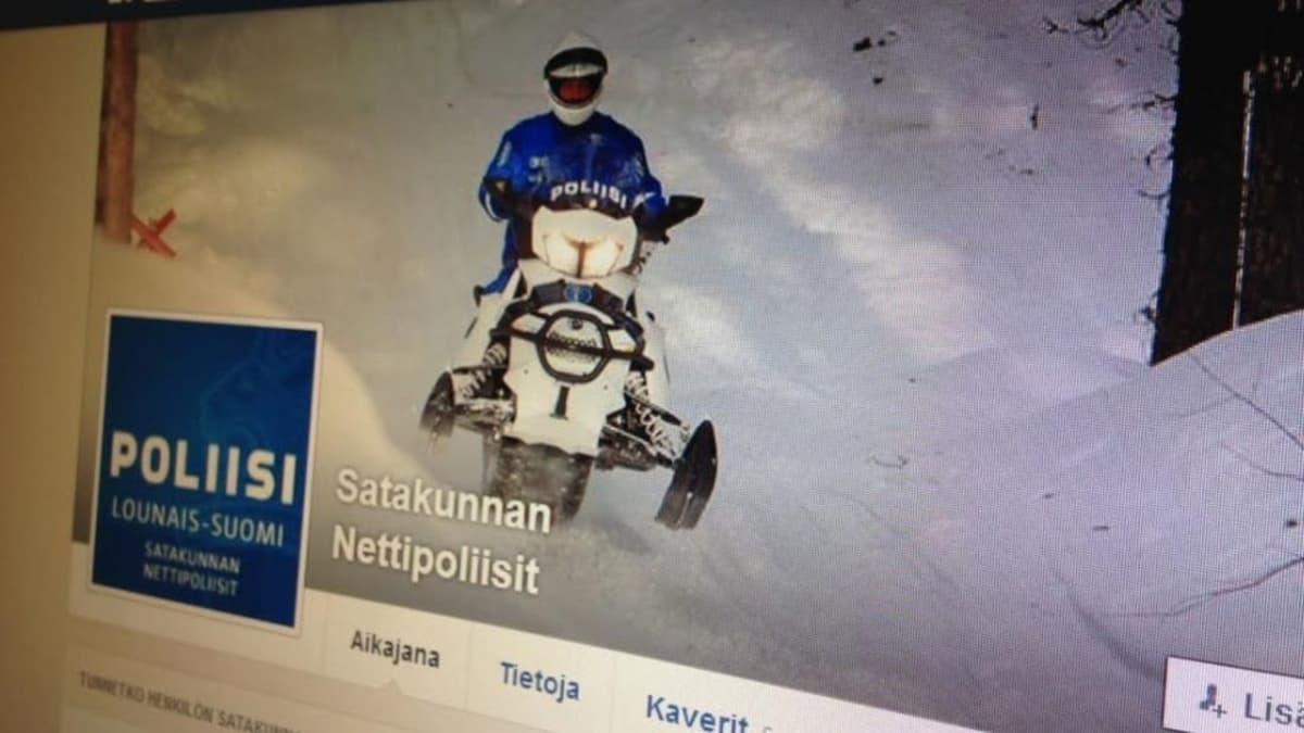 Satakunnan Nettipoliisien Facebook-sivuilla poliisi ajaa moottorikelkalla.
