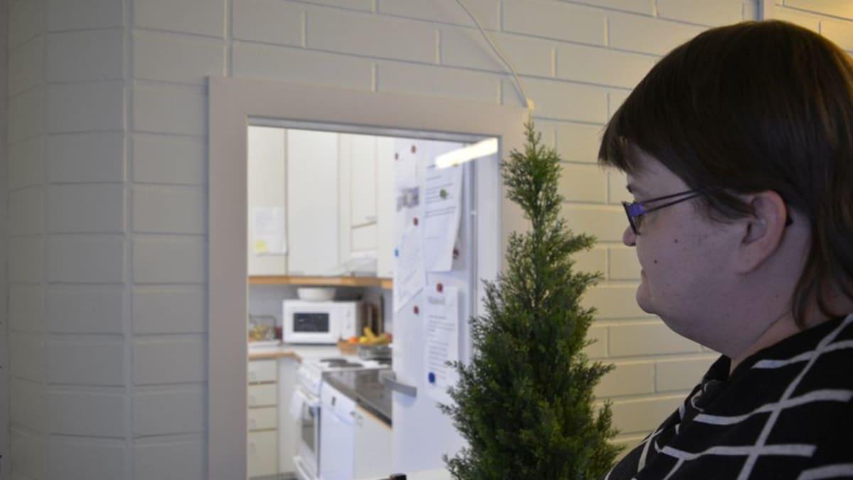Mia Korhonen kurkistaa palvelukeskuksensa lukittuun keittokomeroon.