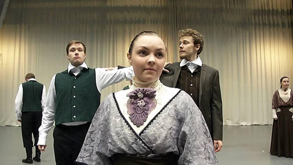 Janne ja Aino -tanssiteoksen nuoret tähdet harjoittelevat Oulun ammattikorkeakoulun tanssisalissa.