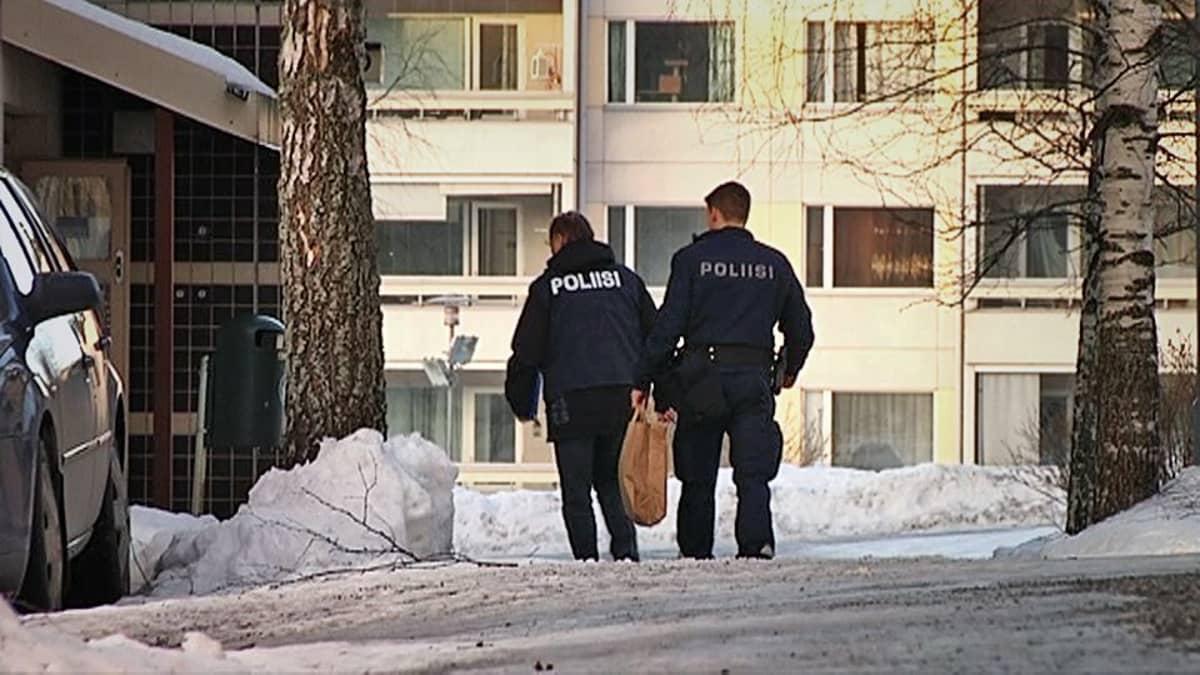 Poliiseja keräämässä DNA-näytteitä Tesomalla