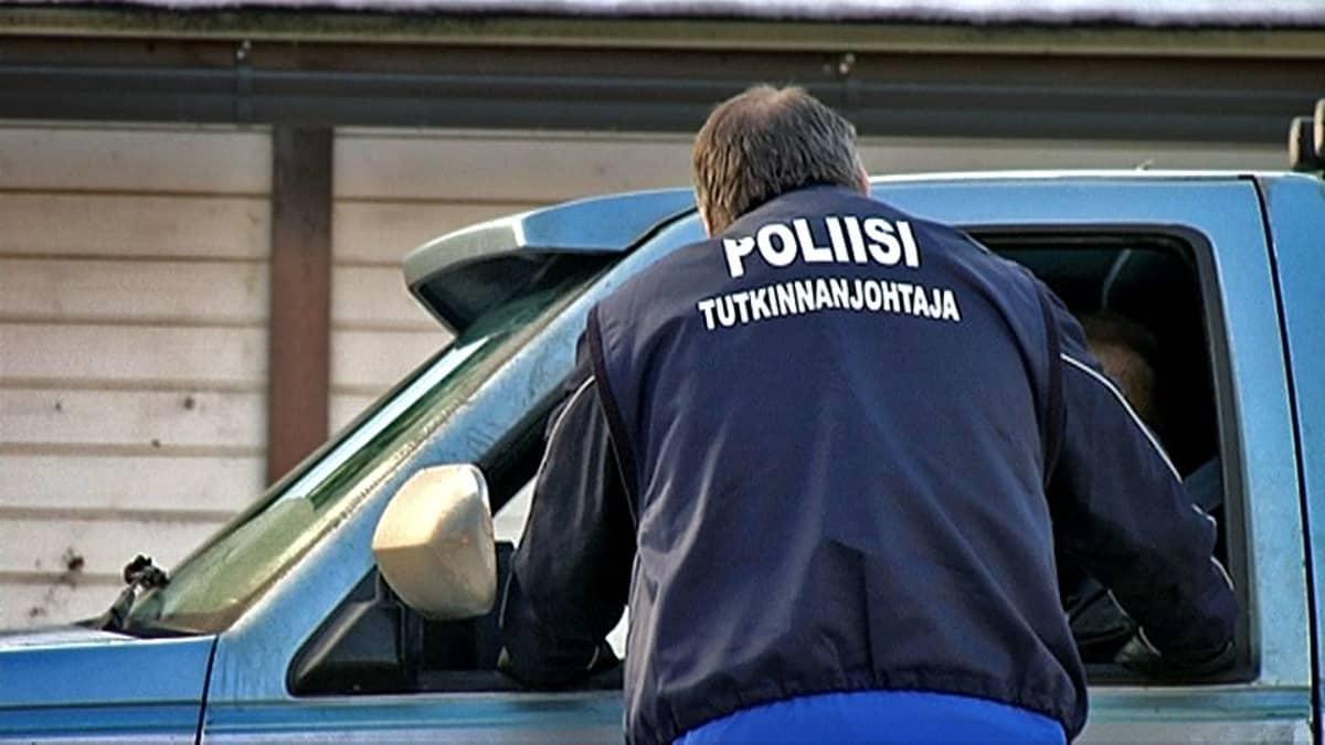 Poliisi puhuttaa ohikulkijaa Tesomalla