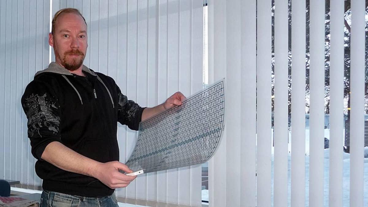Jani Alatainio esittelee kehittelemäänsä Watector-kalvoa, joka tunnistaa vesivahingot.