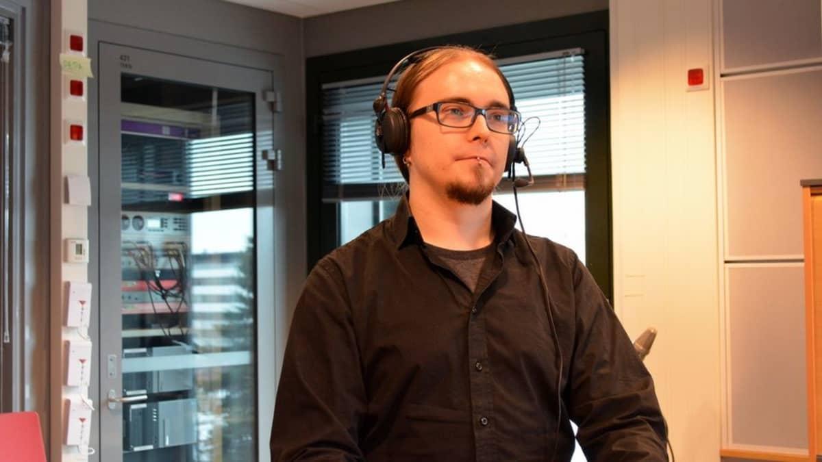 Av-kääntäjä Mikko Kinnunen tekisi mieluummin töitä jonkun palkkaamana kuin yrittäjänä.