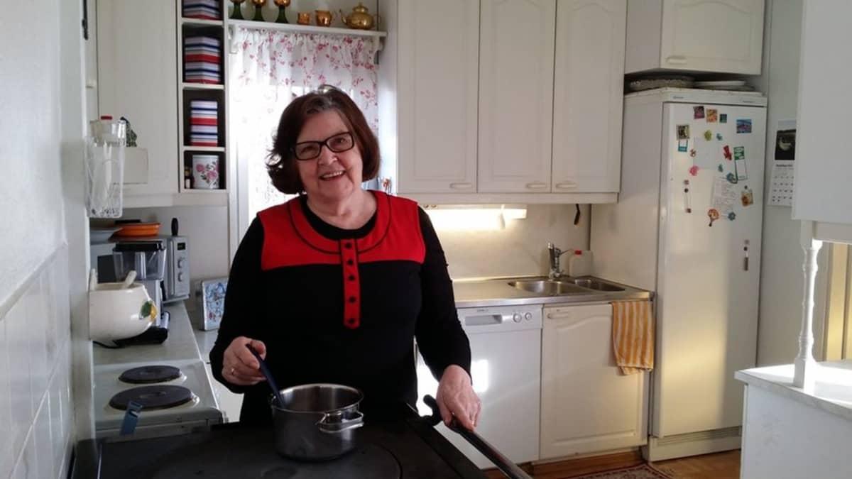 Eeva Järvelä keittiössä.