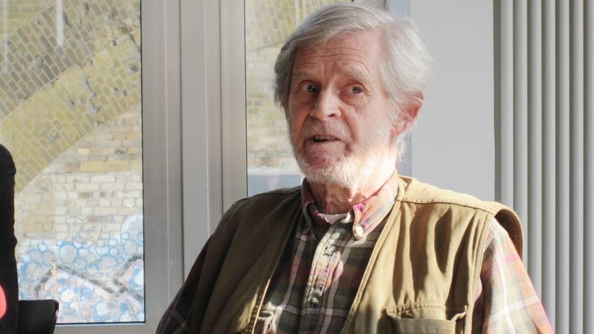 Kirjailija Eberhard Rondholzin mielestä ei ole hedellmällistä, ettei Saksan hallitus halua keskustella sotakorvauksista ja pakkolainan takaisinmaksusta.