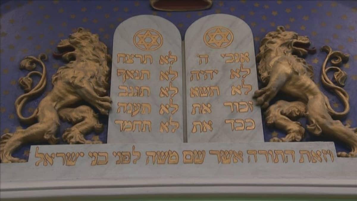 Kymmenen käskyä näyttävät hepreaksi kirjoitettuna tältä.