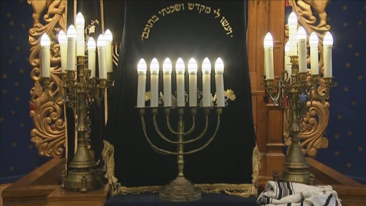 kynttilät synagogassa