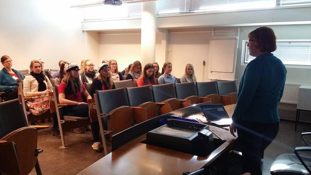 Anu Karvonen luennoi naisyleisölle Naisteekkaripäivillä.