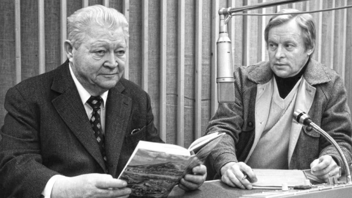 SDP:n kansanedustaja (1948-1962) Vilho Väyrynen toimittaja Esko Kähkösen haastattelussa.