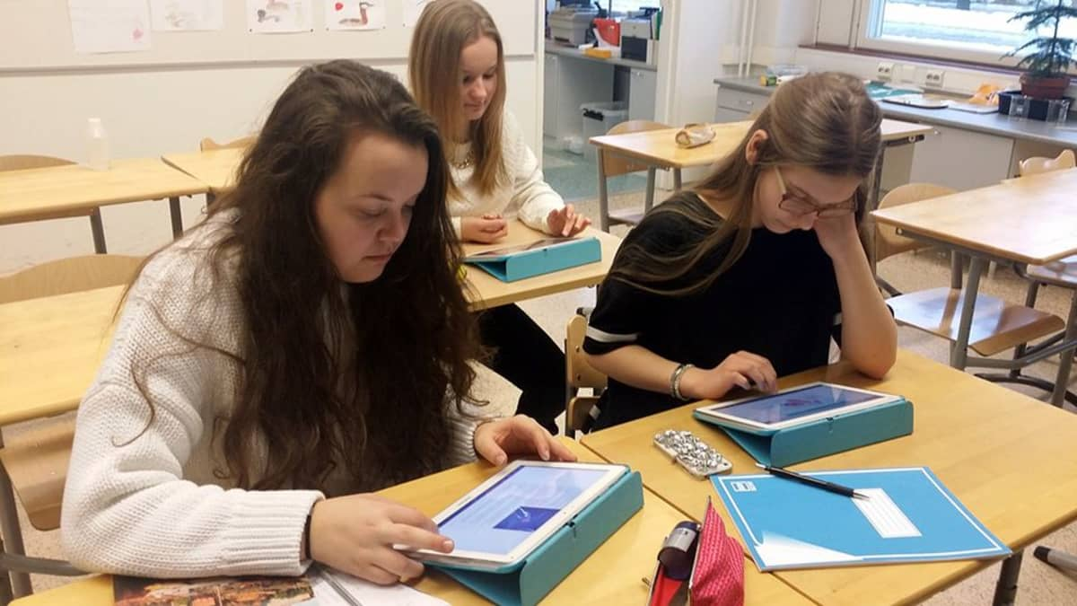 Kuvassa etualalla Alisa Göös ja Venla Typpö. Takana Salla Koskela.