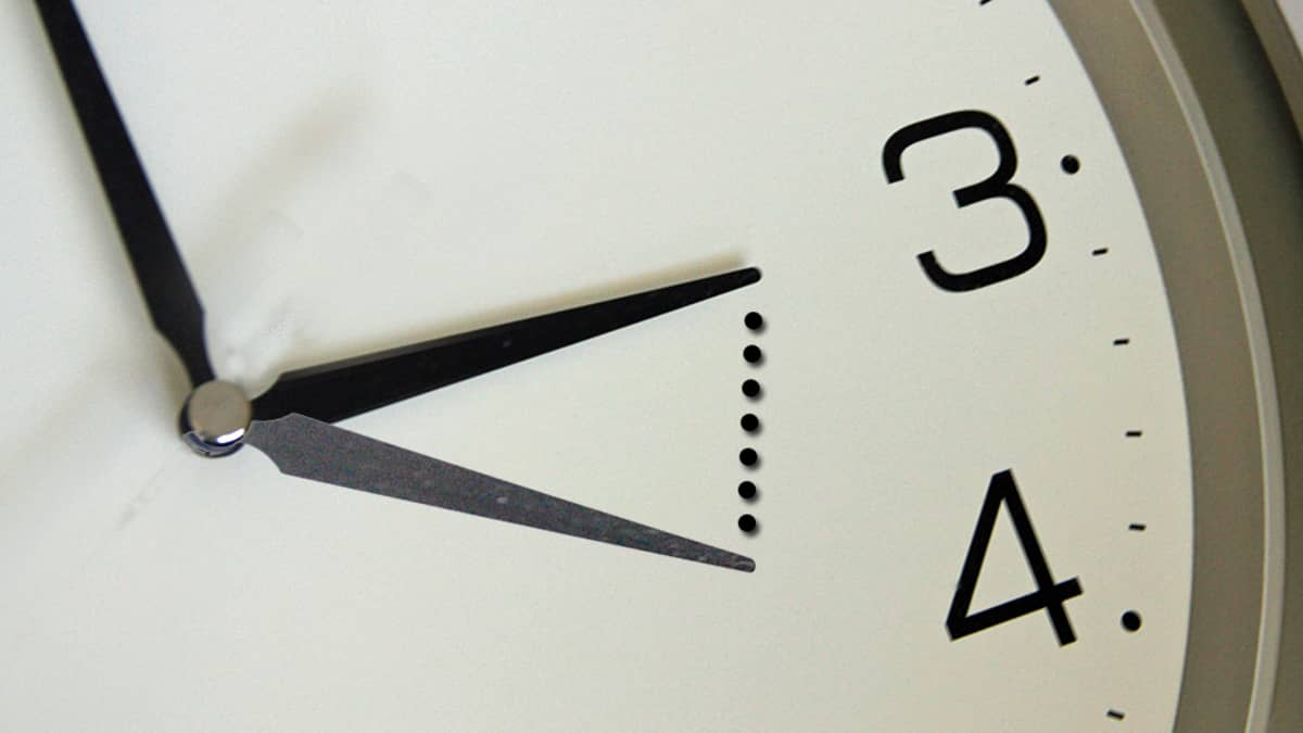 Kuvassa havainnollistetaan kesäaikaan siirtyminen kellon viisarein. Kello kolmelta aamuyöllä kelloja siirretään tunnin verran eteenpäin.
