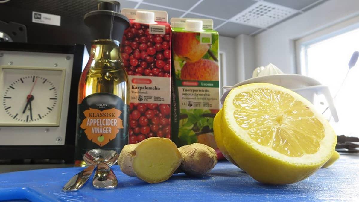 Mehuja, omenasiiderietikkaa, inkivääriä ja sitruunaa studion pöydällä.