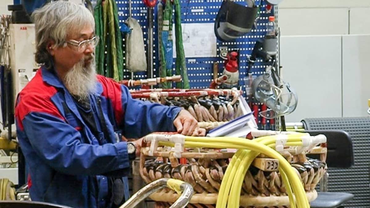 mies rakentaa konepajassaq