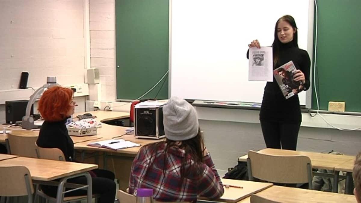 Noora Suominen on ottanut opettajan paikan, kun hän esittelee Rolling Stones -lehteä Helsingin kielilukiossa. Englanninkielen lehtori Meeri Kannelniemi istuu pulpetissa kuuntelemassa.