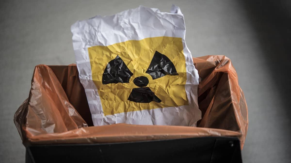 Paperi jossa on ydinvoiman ikoni roskiksessa.