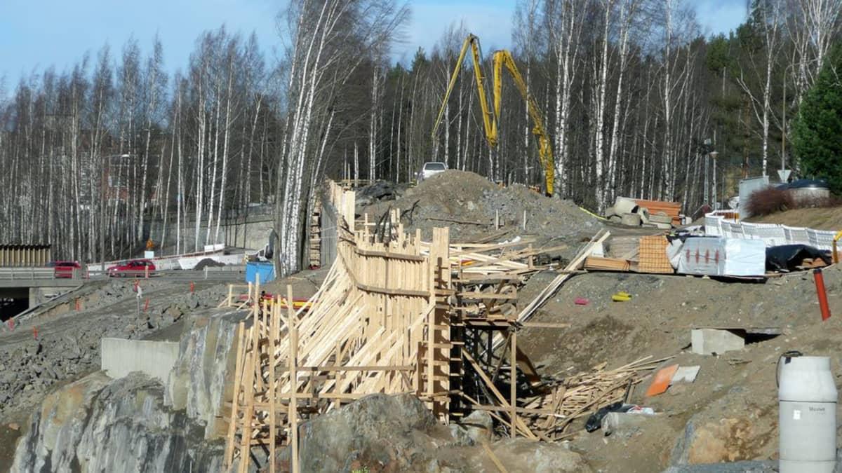 Lapinniemeen johtavan sillan työmaa Naistenlahdessa huhtikuussa 2015
