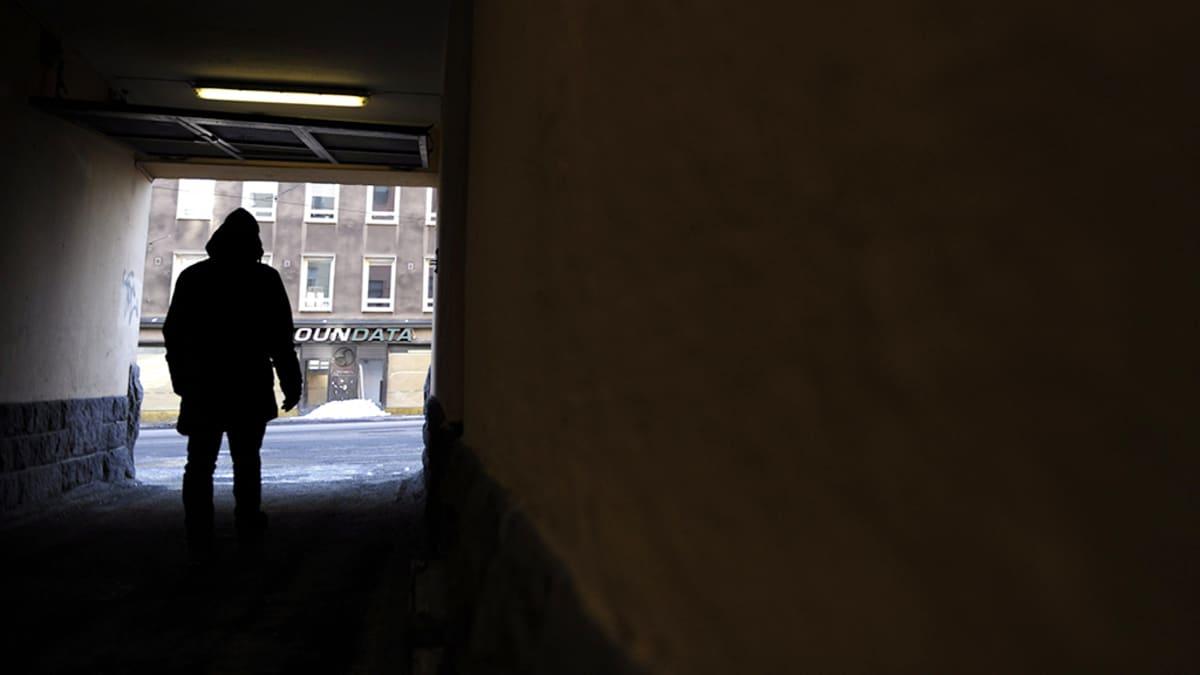 Mies seisoo porttikongissa.