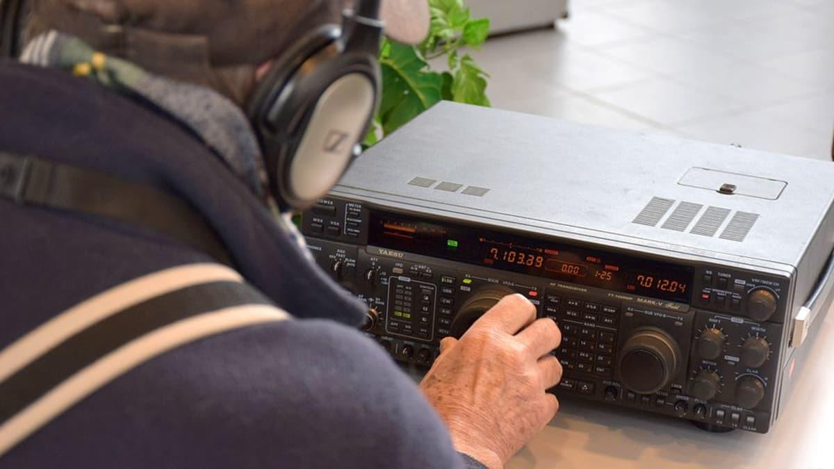 Radioamatööri etsii yhteyksiä radiolaitteella