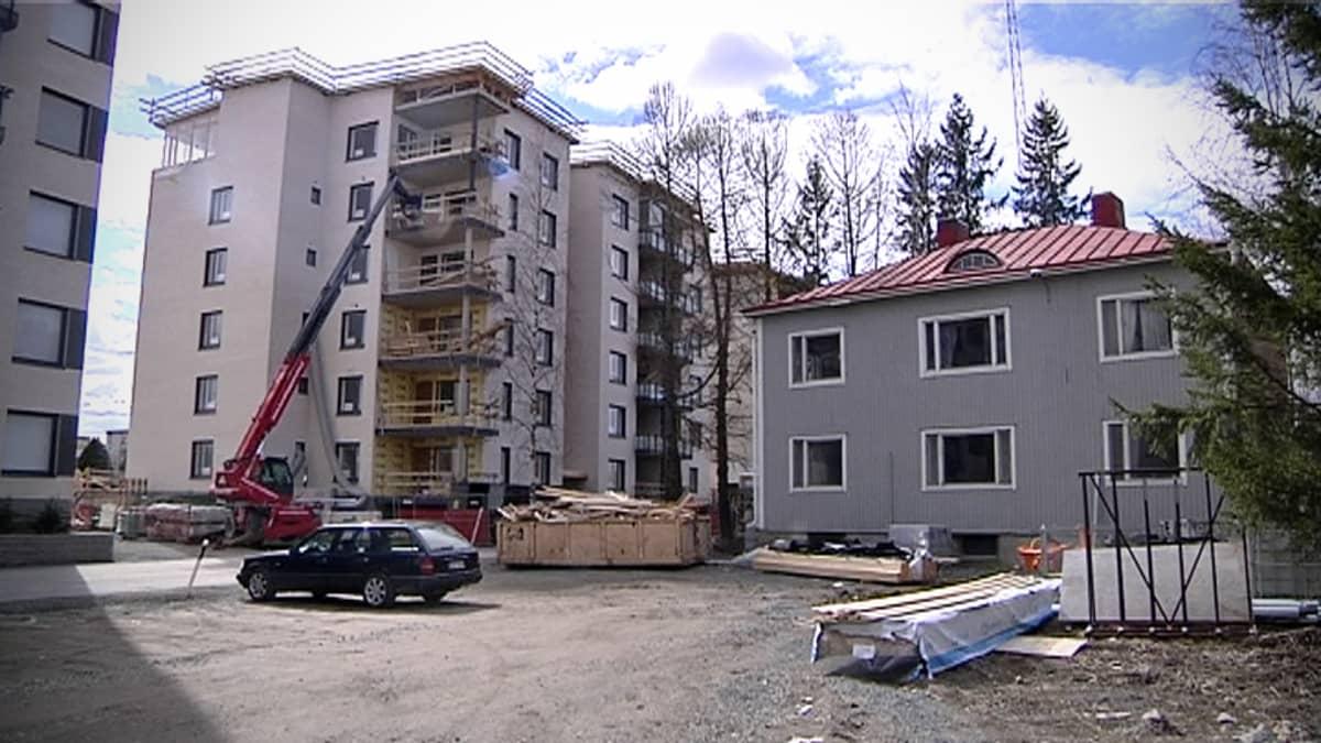 Rakenteilla olevia kerrostaloja Jerikon kaupunginosassa Seinäjoella.