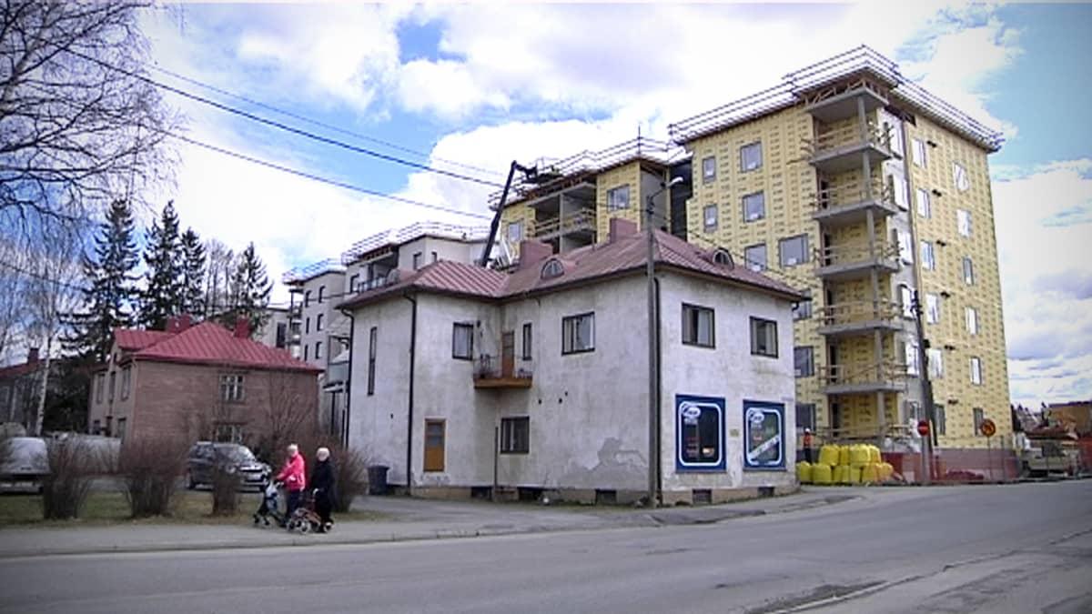 Vanha talo rakenteilla olevien kerrostalojen vieressä.